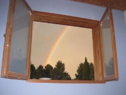 fenêtre et arc-en-ciel